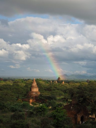 Arc en ciel sur les pagodes de Bagan