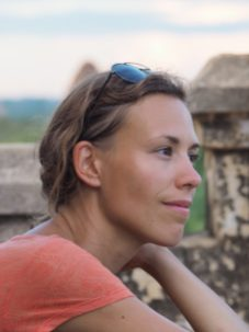 Elise contemplative devant les pagodes