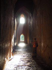 Elise dans les couloirs de Dhammayanguy Pahto