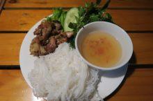 Le Bun cha : viande grillée, nouille de riz, herbes fraiches et sauce aigre douce