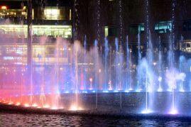 Son et lumières de la fontaine au pied des tours Petronas
