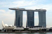 Le gratte ciel le plus connu de Singapour, avec un bateau au dessus