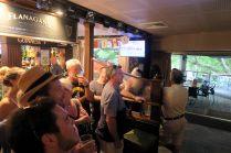"""Au pub, lors de la """"Melbourne cup"""""""