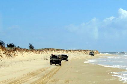 Impressionante conduite sur la plage (notre bus suivait les 4x4 fraichement débarqués du ferry)