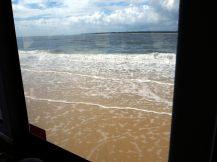 Notre bus longe les vagues, impressionant !