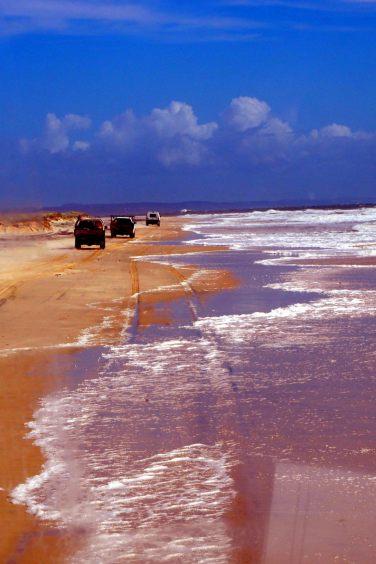 La route principale, qui suit la plage, est plus compliquée à marée haute