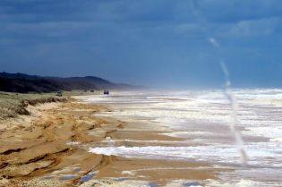 La plage et la mer déchainée, vue depuis le bus