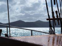 Le pont du bateau après la pluie