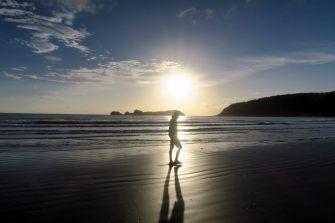 Julien qui marche sur la plage