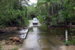 La route qui mène aux gorges de Finch Hatton : plusieurs passages de gué