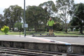 A la gare de Wallangarra, Julien saute par dessus la frontière entre le Queensland et le New South Wales (matéralisée par la ligne rouge/blanche au sol)