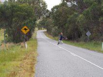 Elise imite le saut du Kangourou sur la route