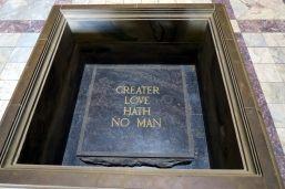 La pierre du souvenir à l'intérieur du Shrine of rememberance, avec un passage de la bible (incomplet). Une fois par an, le 11 novembre à 11h, les rayons du soleil passent à travers un trou situé dans le toit et illuminent le mot « Love » dans l'inscription.