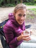 Elise se réchauffe avec un chocolat chaud maison