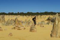 Julien joue à l'explorateur dans le désert des pinnacles