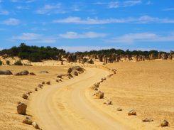 La route qui serpente au milieu des rochers