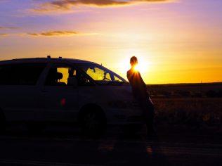 Elise admire le coucher du soleil