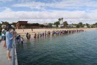 Les gens rassemblés au bord de l'eau pour la première session du matin