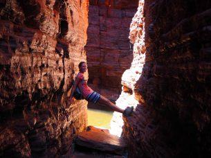 Elise progresse le long de la gorge vers Handrail pool
