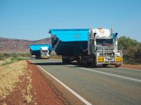 Un convoi exceptionnel sur la route : des plateaux de charge pour engins de mines