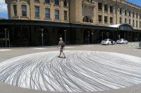 Julien devant la gare centrale de Sydney