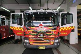 On a pu poser dans un camion de pompiers !