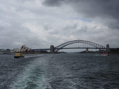 """Le pont et l'opéra vue depuis le """"bateau bus"""" qui nous emmène à Manly Beach"""