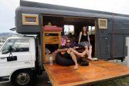 Une famille de voyageurs rencontrés à Akaroa, dans leur ancien camion à cheval reconverti