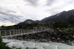 Julien fait coucou depuis un pont suspendu