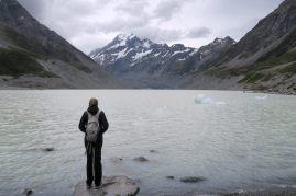 Elise en contemplation devant le lac Hooker