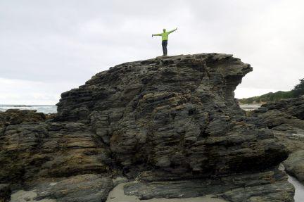 Julien en haut d'un gros rocher (une bière à la main, c'est un nouveau concept de balade)