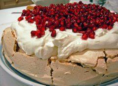 Le Pavlova : grosse meringue à la crème fouettée recouverte de tranches de fruits