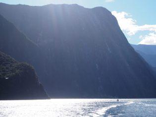 Les immenses falaises surplombant le fjord