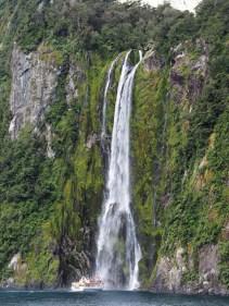 La cascade de Stirling, haute de 150 mètres. Notez la taille du bateau au pied pour l'échelle