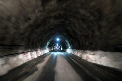 La descente dans le tunnel Homer, seul passage pour accéder au fjord de Milford Sound