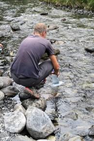 Julien remplit sa bouteille d'eau du glacier à Monkey Creek
