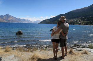 Ju & Li devant le lac Wakatipu à Queenstown