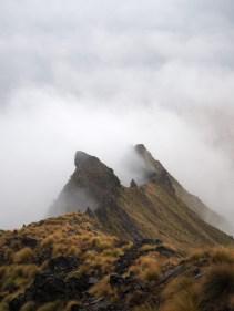 Pics embrumés à Isthmus Peak