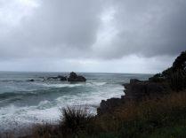 Sur la route le long de la côte Ouest. La mer, la forêt tropicale et le temps incertain...