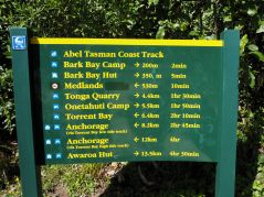 Et c'est parti pour 23 km de rando ! Notre destination (Marahau) n'est même pas sur le panneau...