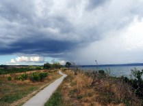 Petit sentier au bord du lac Taupo, avec au loin, la pluie du le Tongariro National Park