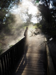 Elise dans les brumes des lacs d'eau chaude, au parc themral de Kuirau à Rotorua