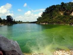 """Lac """"Ngakoro"""", où l'eau des sources thermales qui se mélangent à l'eau du lac crée de belles couleurs (parc thermal de Wai-o-tapu)"""