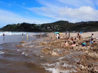 On peut profiter des eaux chaudes 2h avant et après la marée basse. Ensuite, l'océan vient refroidir les baigneurs qui s'attardent...