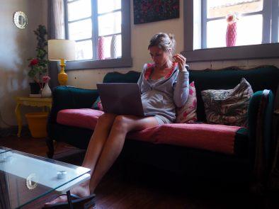 Elise en train de bosser sur le blog dans une auberge de jeunesse