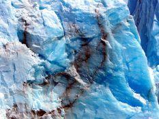 Lignes de sédiments emprisonnés dans la glace du glacier Perito Moreno