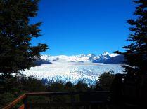 """Vue d'en haut du glacier. Sur la droite de l'image la partie """"nord"""" de la face du glacier, sur la gauche la partie """"sud"""". Au milieu, la """"proue"""" qui semble venir s'échouer sur la roche"""