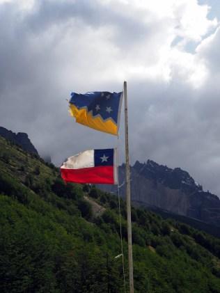 Drapeau du Chilien en dessous et celui de la Région de Magallanes et de l'Antarctique chilien