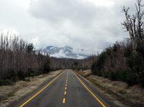 La route entre les deux postes frontière