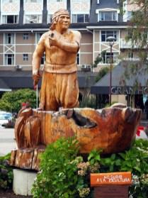 """Sculptures en bois d'aborigènes appelés """"Mapuche"""", Pucon"""